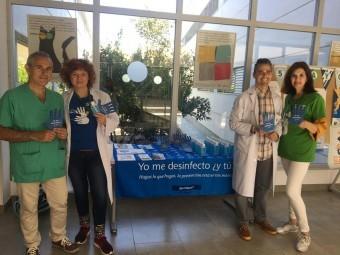 Profesionales del hospital de Loja, en un punto informativo. FOTO: EL CORTO