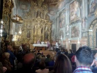 Celebración de la eucaristía, en la reformada iglesia de Santa Clara. FOTO: C. MOLINA