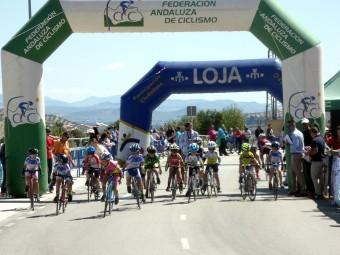 Los ciclistas toman la salida en la categoría de promesas. FOTO: PACO CASTILLO.