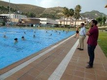 Alcalde y concejal de Deportes observan la actividad del aquaeróbic. FOTO: CARLOS MOLIN