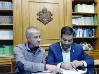 José Baréa y Joaquín Camacho analizando los requisitos de la convocatoria. FOTO: J.Mª.J.