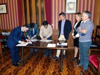 El alcalde y representantes del Sabadell, en el momento de la firma. FOTO: CALMA
