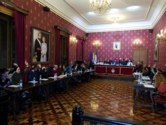 Los ediles durante la votación en uno de los puntos de la sesión. FOTO: CARLOS MOLINA