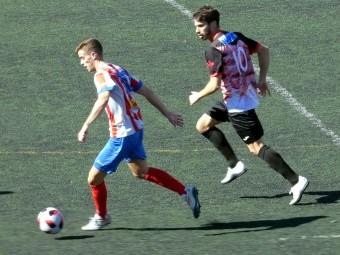 Lolo Armario persigue a un jugador del Poli Almería en la última salida del Loja.