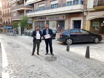 El alcalde y concejal de Urbanismo muestran el estado de la vía. FOTO: EL CORTO