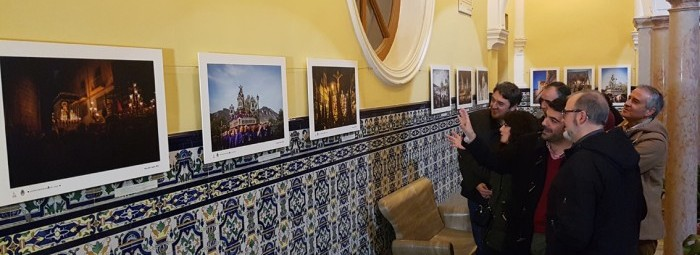Alcalde, concejales, presidente de la Agrupación y fotógrafo en la inauguración de la muestra.