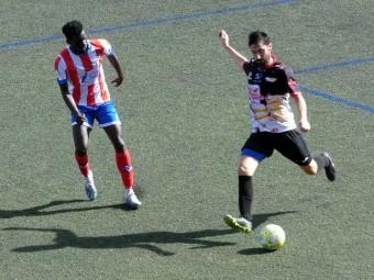 Seco golpea el balón en el partido que el Loja disputó en Almería