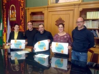 Miembros de la asociación 'Amigos de la Guarde', junto al concejal. FOTO: C. MOLINA