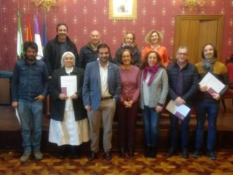 Los representantes de los colectivos posan junto al alcalde y la concejal de Bienestar Social