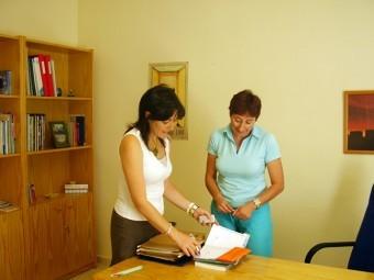 La psicóloga y la doctora del centro de Adicciones de Loja, en una sesión de trabajo.
