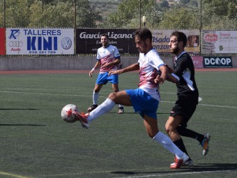 Álex Romero controla el balón en el partido ante el Torremolinos