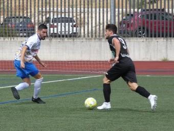 Seco trata de defender el avance de un jugador del Huétor Vega en el anterior partido en casa