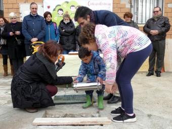 El niño más pequeño y la niña de más edad enterraron la cápsula del tiempo. FOTO: P. C.