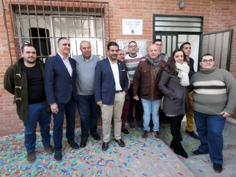 Representantes del Equipo de Gobierno y la Asociación de Carnaval, junto al edificio. P.C.