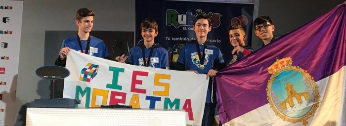 Los cinco alumnos del IES Moraima posan tras el triunfo con banderas de Loja y el instituto