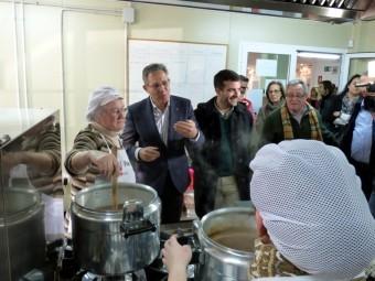 Javier Senent conversa en la cocina del centro con las voluntarias de la ONG. A. M.