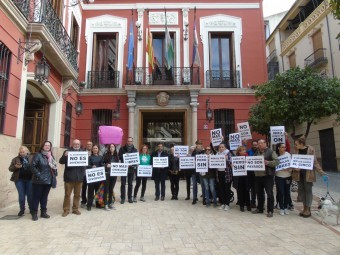 El colectivo SOS Animalicos se manifiesta a las puertas del Consistorio. FOTO: CALMA