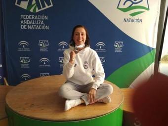 Laura Rodríguez con la medalla obtenida en el campeonato.