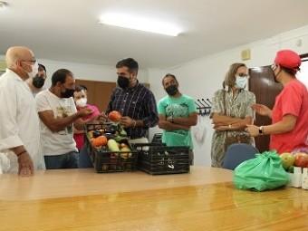 Los cultivadores muestran a las autoridades sus producción. FOTO: E. CAÑIZARES