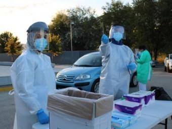 Profesionales sanitarios muestran la prueba PCR en el autocovid de Loja