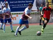 Nino golpea el balón en el penúltimo encuentro de esta pasada temporada con el Loja.