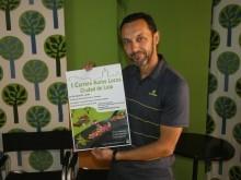 Francisco Morales muestra el cartel de la carrera durante su visita a Onda Loja Radio.