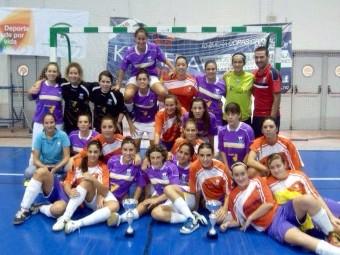 Los dos equipos finalistas del Deportivo Loja posan con los trofeos