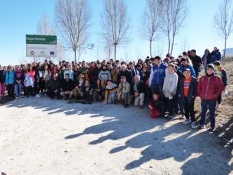 Estudiantes, profesores y representantes municipales posan tras la jornada de siembra.