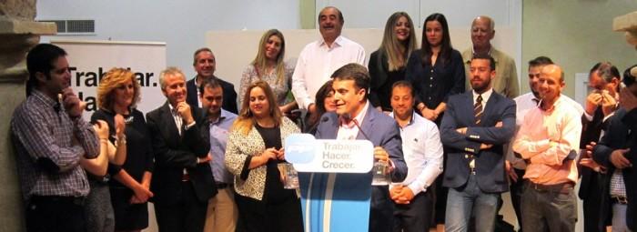 Joaquín Camacho se dirige a los asistentes acompañado por su candidatura.