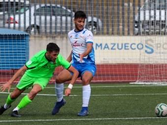 Luis Novo pugna por el balón con un jugador del Villacarrillo. FOTO: ENCARNI QUESADA.