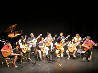 Los alumnos del taller de guitarra durante su demostración. FOTO: CARLOS MOLINA.