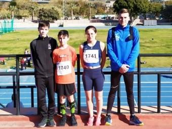 Los tres atletas lojeños junto al director de la Escuela Municipal de Loja, José Luis del Moral.