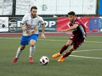 Corbacho pugna con un jugador del Linares durante el partido. FOTO: MIGUEL JÁIMEZ