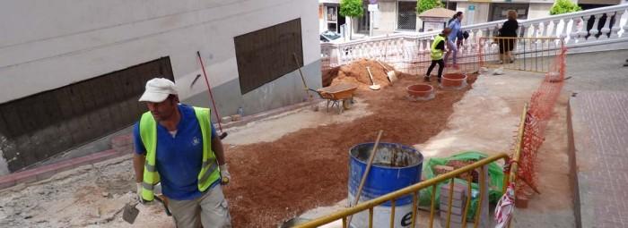 Beneficiarios del PFEA en los trabajos de la calle Las Mercedes. P.C.
