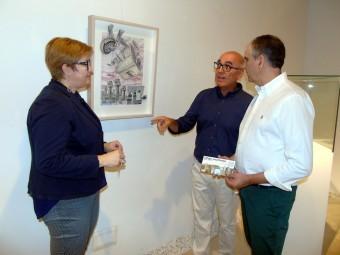 El artista José González, junto al concejal y la comisaria de la muestra. FOTO: C. MOLINA