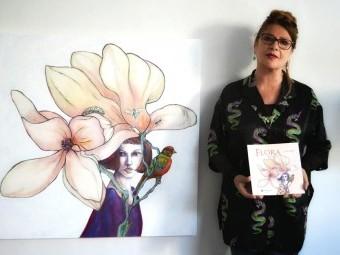 Luz López muestra su publicación, de la que es autora tanto de las ilustraciones como textos