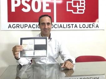 Vázquez muestra recibos del IBI de vecinos de Loja que han pagado más este año. FOTO: A. MATAS.