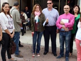 Un grupo de profesionales afectados ante los juzgados de La Caleta de Granada. Foto: Granada Digital