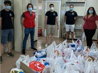 Los miembros del CD Rugby Loja entregan la recaudación en la sede de Cruz Roja.