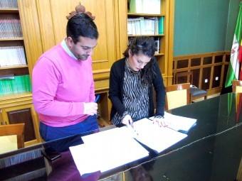 El alcalde Camacho y la concejal Gallego consultan la documentación de los planes. FOTO. E. CAÑIZARE