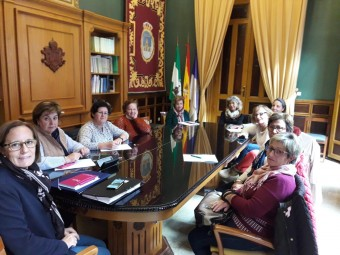 Momento de la reunión entre la concejala y las responsables de las cinco asociaciones de mujeres.