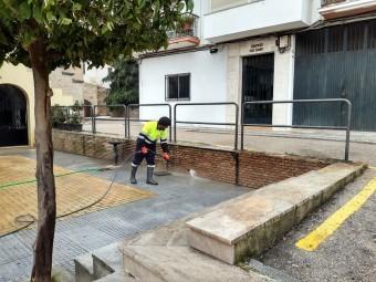 La actuación de baldeo comenzó por la plaza del Mesón de Arroyo. FOTO: E. CAÑIZARES