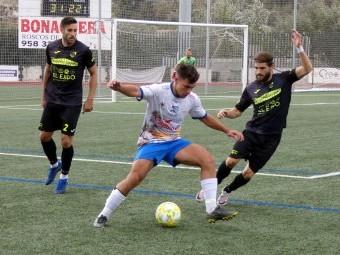 Naranjo protege el balón en el anterior partido en casa ante El Ejido. FOTO: MIGUEL JÁIMEZ