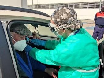 Una persona mayor de 80 años, durante la vacunación en el autocovid. FOTO: C. M.