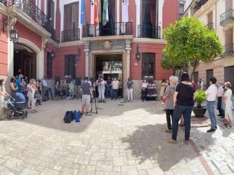 Concentración a las puertas del Ayuntamiento de Loja. FOTO: C. MOLINA