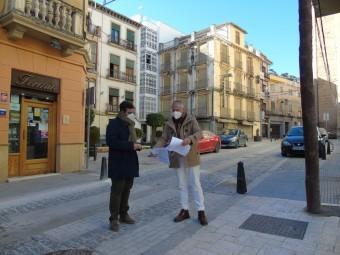El alcalde y el concejal anuncian las ayudas en el centro histórico. FOTO: CALMA