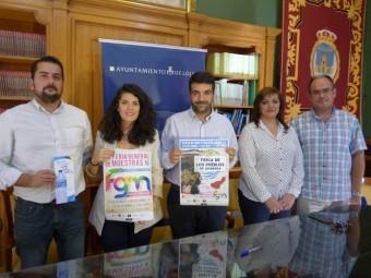 El alcalde, junto a Paloma y representantes de las empresas lojeñas Fontarel y Bonachera durante la