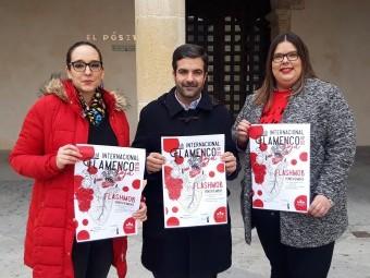 Elena López, Joaquín Camacho y Rocío Ortiz con el cartel del evento. FOTO: P. CASTILLO.