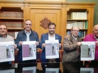 Juan Mª Jiménez, José A. Gómez, Joaquín Camacho, José Arenas y José Conde, presentando los actos del
