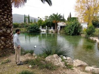 El concejal Ordóñez en El Frontil, uno de los muchos manantiales que abastece de agua al municipio.